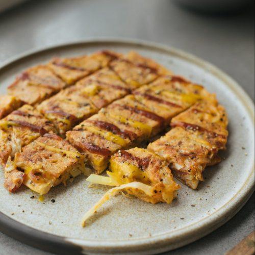 Omelette japonaise au chou, à la moutarde au miel & à la sauce barbecue