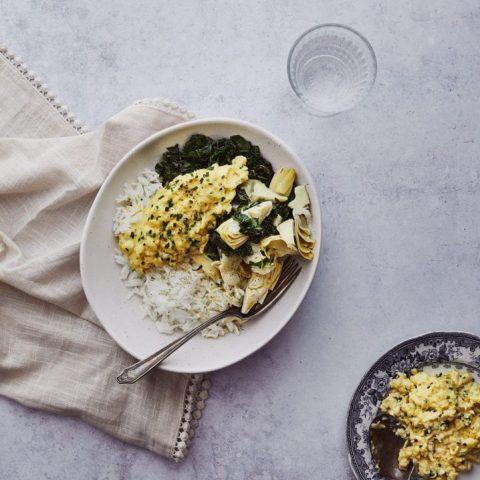 bol-de-riz-kale-et-aux-articahuts-oeufs-brouilles-aux-herbes-scaled