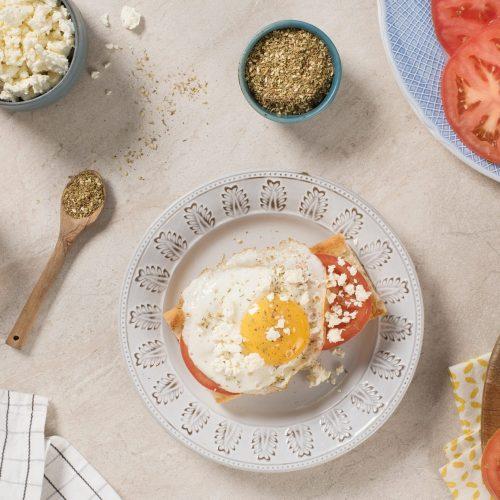 oeufs-frits-avec-zaatar-feta-et-tomates